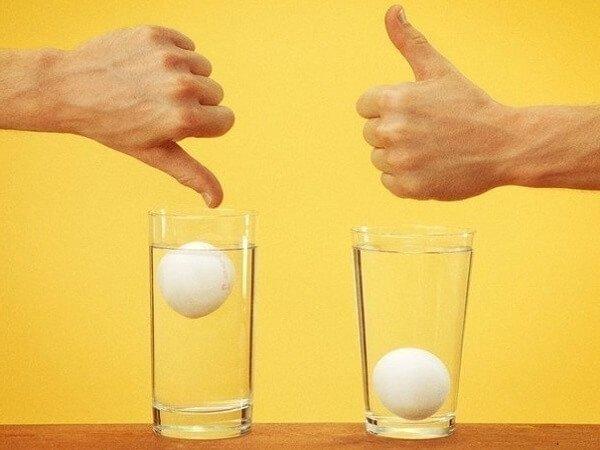 Как проверить яйца на свежесть в воде – способы и видео.