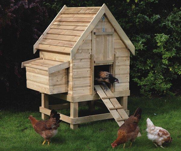 Маленький домик для кур из досок от поддонов.