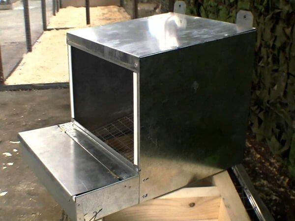 Навесное металлическое гнездо для кур.