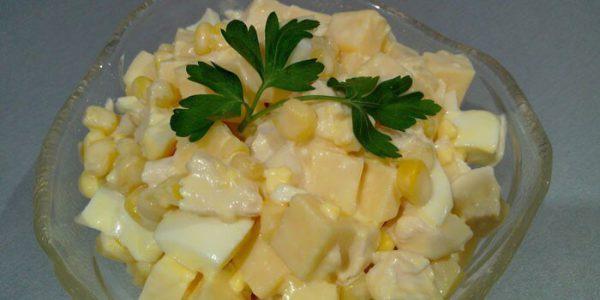 Салат с ананасами и кукурузой.