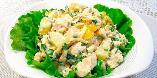 Салат из копченой курицы и ананасов.