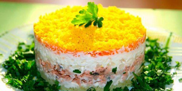 Салат из моркови по-корейски с копченой курицей.