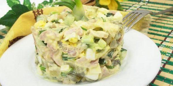 Салат с копченой курицей и огурцом.