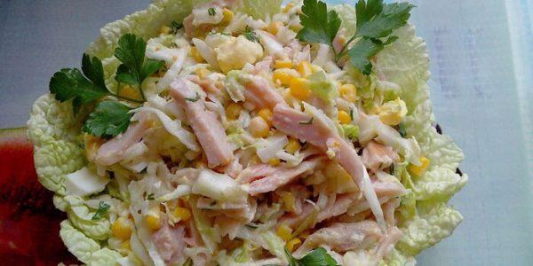 Салат с копченой курицей и пекинской капустой.