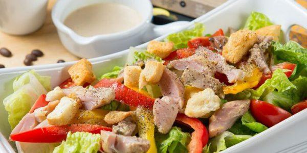 Салат с сухариками и копченой курицей.
