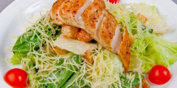 Салат с куриной грудкой и грибами.