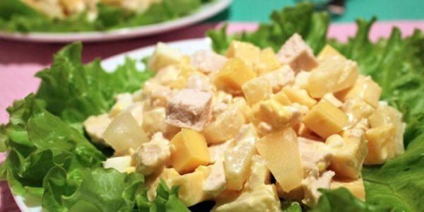 Салат из ананасов с курицей и сыром.