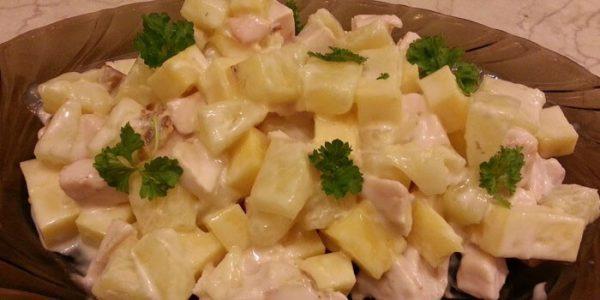 Салат с ананасами и копченой курицей.