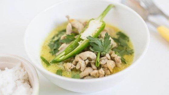 Тайский суп с курицей и скокосовым молоком.