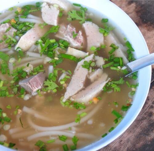 Куриный суп с лапшой и беконом.