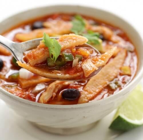 Мексиканский суп на курином бульоне.