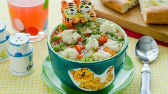 Суп с фрикадельками и фигурной лапшой.