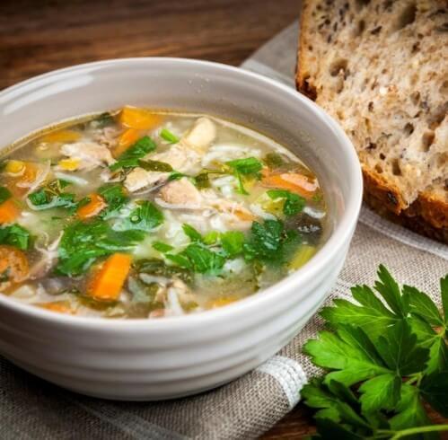 Суп из кабачков с куриными бедрами.