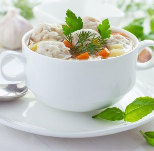 Летний овощной суп с фрикадельками из курицы.
